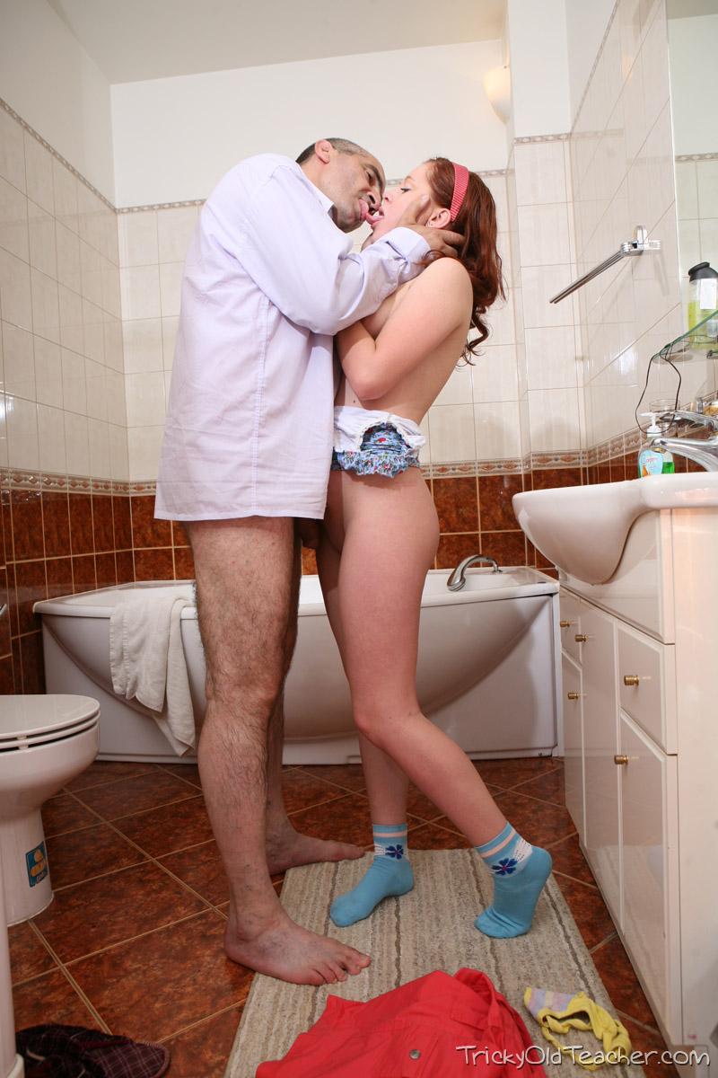 Стоило поддаваться отец трахает сына в ванной что