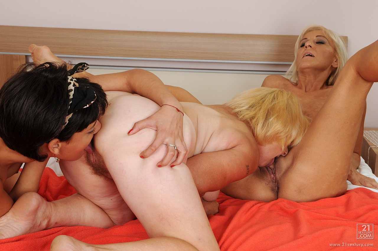 Лесбиянки старушки и молодые девушки