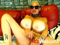 mature-webcam-model-with-huge-boobs-masturbates
