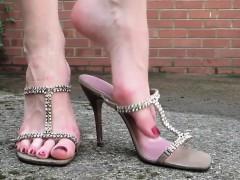 walking-outdoors-in-sexy-high-heels