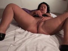 mature hottie spreads legs and rubs vagina