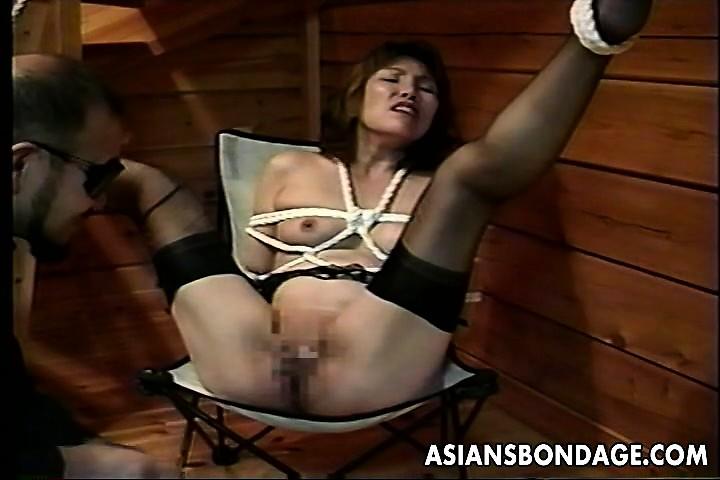 アジアのビッチは、彼女のニップルに貼り付けられた針を持っている-2597851-ポルノ屋