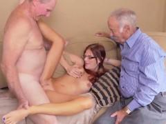 Dos viejos hombres córneos y una chica joven en vidrios