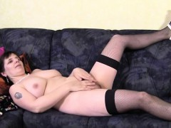 amateur-mature-mommy-plays-with-he-alma