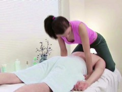 stranger-seduce-masseuse-to-fuck-in-massage-parlour