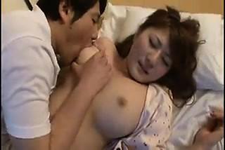 すごいアジア妻は、Aガイに、彼女のバイにキスし、愛撫させておく-3258912-ポルノ屋