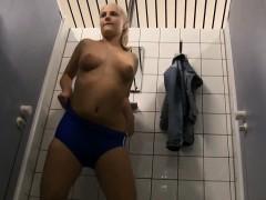 Blondes Luder In Der Umkleide Vom Schwimmbad Gefickt