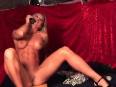 muscle-blonde-erotic-show-at-phone