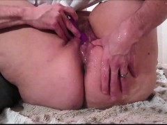 making a big amateur squirt with a sextoy