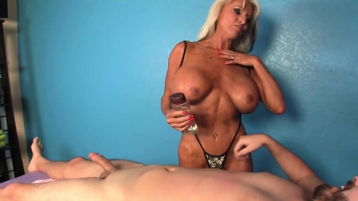 Зрелая дама делает массаж