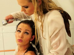 girls-wash-each-other-down-that-leads-to-wetlook