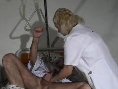 nurse-check-cock-pressure