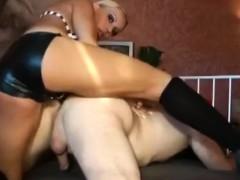 nutte-fickt-devoten-freier-mit-dem-strapon-anal