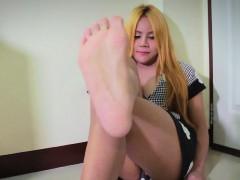 solo-amateur-tgirl-shows-pedicure-feet