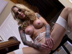 Bangin Hot Sarah Plays With Her Wet Pussy