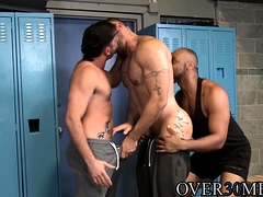 muscular-hunks-ass-fucking-in-after-practice-threesome