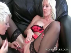 milf-enjoys-her-mature-twat-get-dildoed