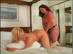 lesbo-bbw-hottie-gets-ass-toyed-in-close-up