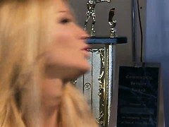 blonde-sexy-beautie-trades-oral-pleasure