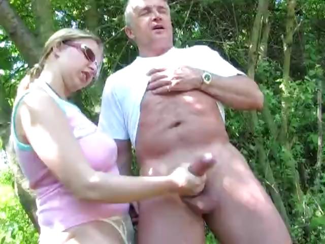 Порно Надрачивает Член На Природе