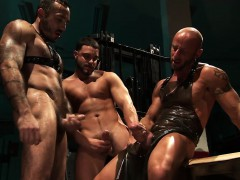 Muscled Fetish Threeway