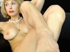mature-whore-shows-off-her-feet
