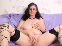 busty-woman-masturbates-live