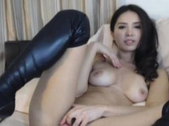 stunning-webcam-model-rubs-her-pussy