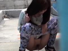 japanese-babes-public-pee