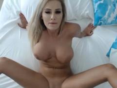 geile blonde mit perfekten silikon titten beim masturbieren