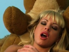 jessica-florentino-first-time-playing-dildo