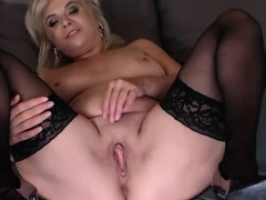 beauty-busty-camgirl-toying-solo
