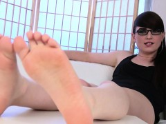 Toe Curling Ts Shows Off Her Wrinkled Feet