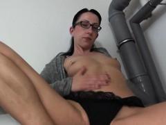 brunette-mature-masturbates-in-glasses