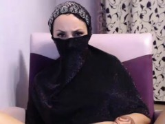 gorgeus-shaved-camgirl-shows-off-her-awesome-body-on-cam