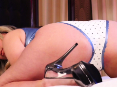allie-eve-knox-is-a-seductive-cam-girl