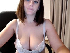 gigi-webcam-chubby-boobs-brunette