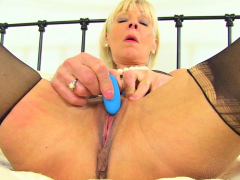 british-milf-kat-needs-toying-her-shaven-cunny