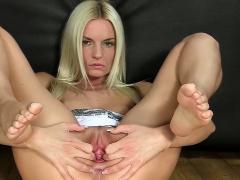 Blondie spreads pussy