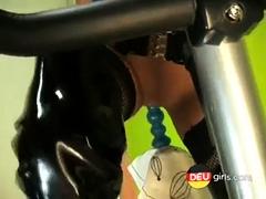 lackschlampe-und-ihr-fickness-bike-bostero