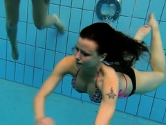 katka-and-kristy-underwater-swimming-babes